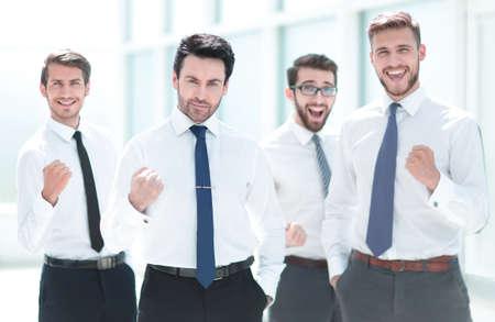 équipe commerciale confiante debout au bureau.