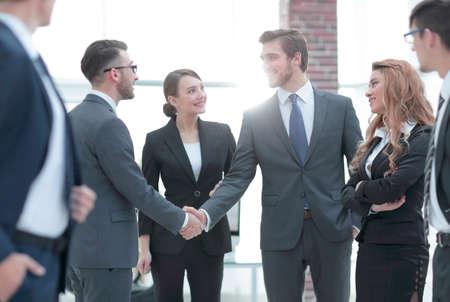 zakelijke handdruk van zakenlieden op kantoor