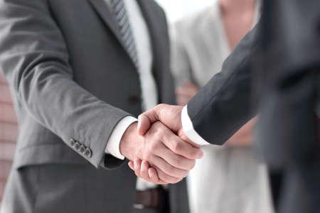 Nahaufnahme des Händedrucks von Geschäftspartnern Standard-Bild