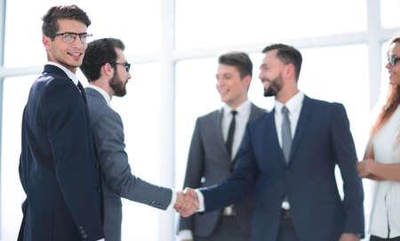 Handschlag von Geschäftspartnern nach Vertragsunterzeichnung. Standard-Bild