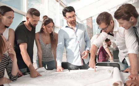 equipo empresarial creativo discutiendo un nuevo proyecto