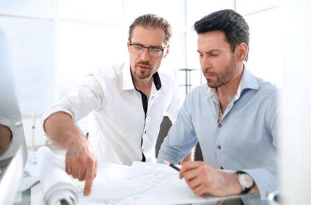 dwóch architektów omawiających projekt w biurze