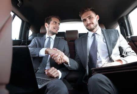 Handshake-Geschäftspartner im Auto.
