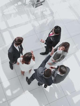 Ansicht von oben. Mitarbeiter diskutieren Arbeitsthemen