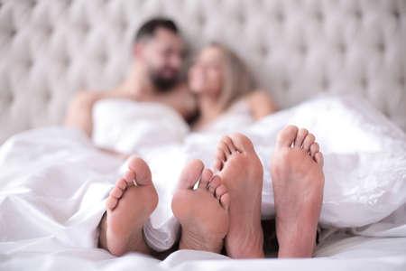 Hintergrundbild eines verliebten Paares auf dem Bett liegend