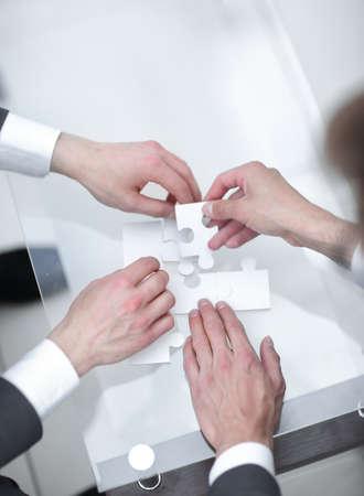 Nahaufnahme. Geschäftspartner lösen das Rätsel