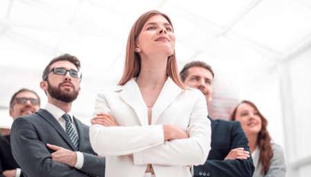 erfolgreiches Business-Team steht im Büro Standard-Bild