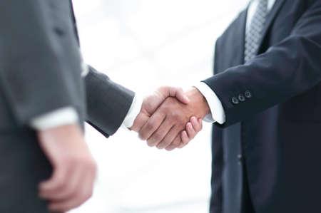 Ciérrese encima de la imagen del apretón de manos del negocio en la reunión.