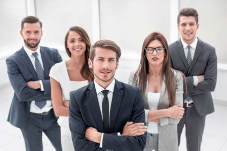 Gruppe erfolgreicher junger Leute lächeln