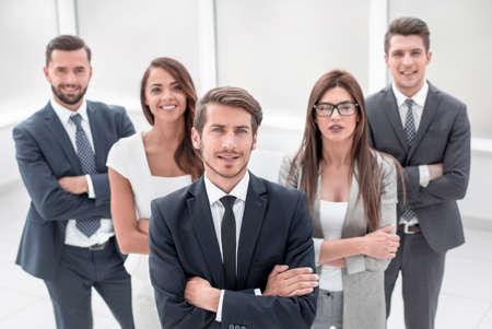 un gruppo di giovani di successo sorride