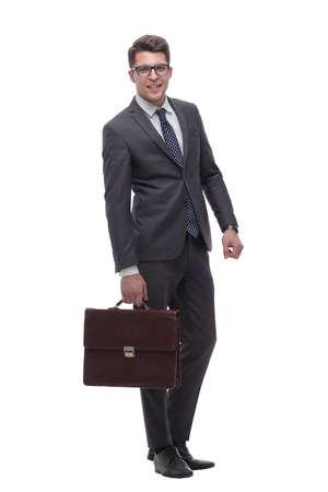 homme d'affaires sérieux avec une mallette en cuir. isolé sur blanc
