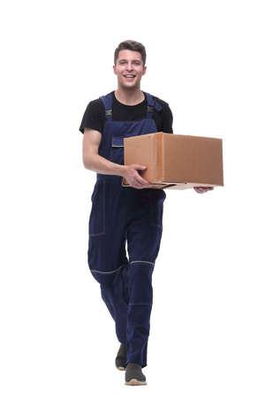 trabajador amable con caja de cartón dando un paso adelante. aislado en blanco Foto de archivo