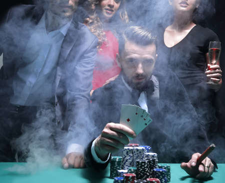 Cuatro personas brindando con champán en la ruleta en el casino