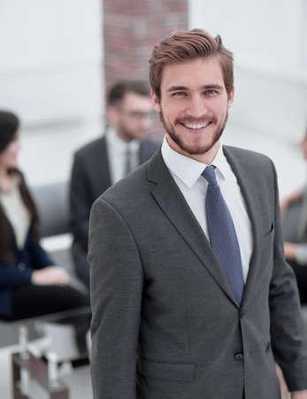 Hübscher Geschäftsmann, der im Büro arbeitet.
