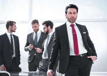 serious businessman standing in the office. Zdjęcie Seryjne - 131725885