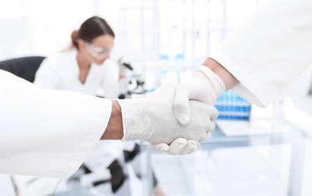Medizinische Handschuhe machen Händeschütteln Standard-Bild