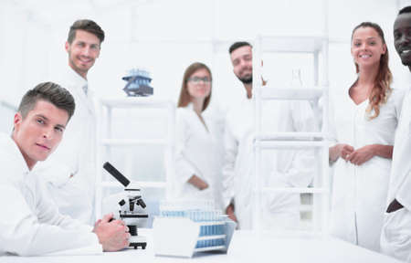 Male Scientist Working With Microscope 版權商用圖片