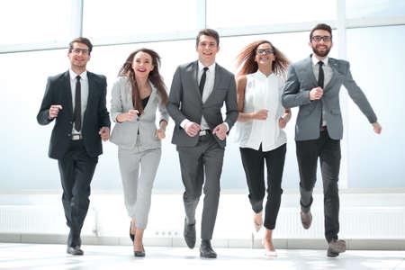 w pełnym wzroście. grupa ludzi biznesu idących razem.