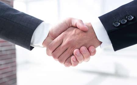 Libre.poignée de partenaires commerciaux au bureau
