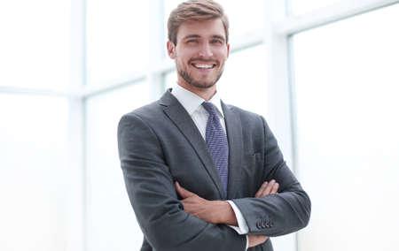 close up.serious junger Geschäftsmann, der im Amt steht. Standard-Bild