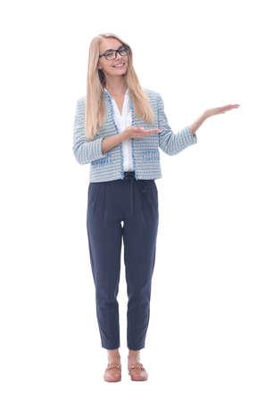 Mujer de negocios exitosa mostrando en pantalla en blanco.aislado en blanco