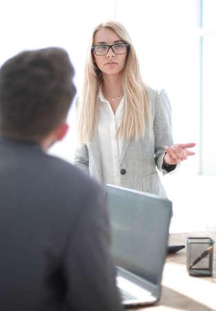 serious business woman talking to her colleague Standard-Bild
