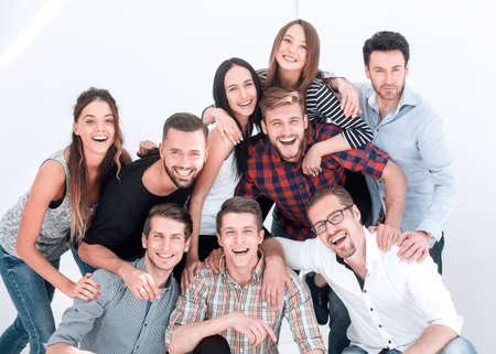fröhliche Gruppe vielversprechender junger Leute Standard-Bild