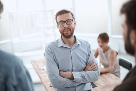 erfolgreicher Geschäftsmann, der im Büro steht