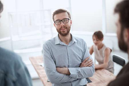 uomo d'affari di successo in piedi in ufficio