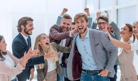 groupe d'employés d'entreprise applaudissant leur collègue.