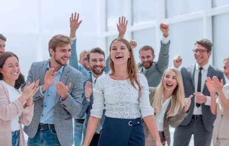 glückliches Geschäftsteam, das sich gegenseitig ein High Five gibt