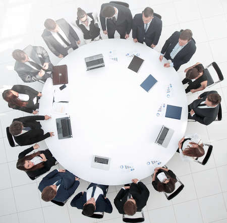 Blick von oben. Geschäftspartner zum Round Table treffen.