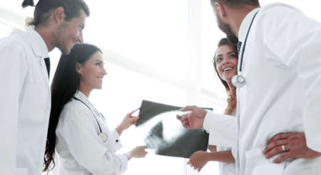 group of doctors discussing an x-ray Standard-Bild