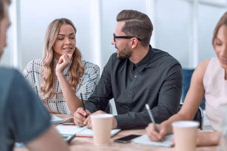 zakelijk team dat zakelijke problemen bespreekt onder het genot van een kopje koffie Stockfoto