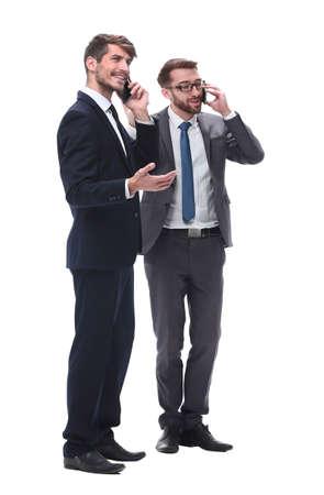 longitud total . dos hombres de negocios usando sus teléfonos inteligentes