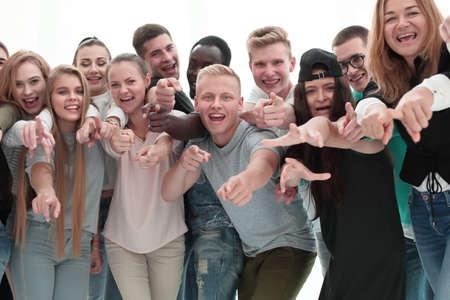 groupe de jeunes aux vues similaires vous pointant du doigt