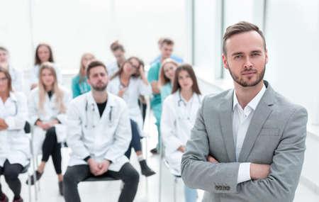 Dozent Arzt steht im Konferenzraum. Standard-Bild