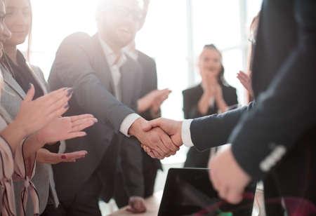사무실에 서서 악수하는 비즈니스 파트너. 파트너십의 개념