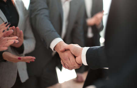 avvicinamento. uomo d'affari sorridente che stringe la mano al suo socio in affari