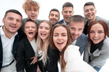 groupe de jeunes gens d'affaires regardant la caméra