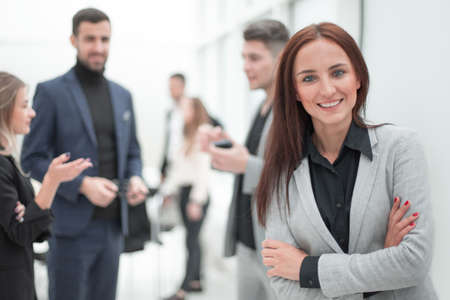 junge Geschäftsfrau, die im modernen Büro steht.