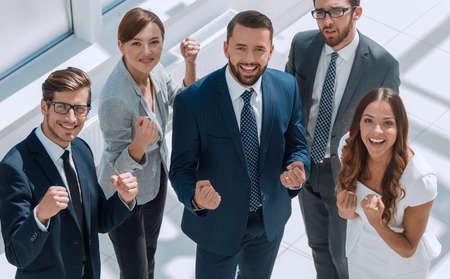 vue de dessus. équipe commerciale heureuse montrant leur succès