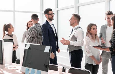 pracowników w miejscu pracy w nowoczesnym biurze. pomysł na biznes