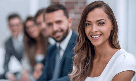 junge Geschäftsfrau auf dem Hintergrund des Büros