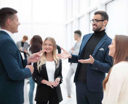 człowiek biznesu, wyjaśniając coś swojemu koledze.