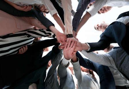 fermer. jeunes gens heureux et diversifiés debout en cercle