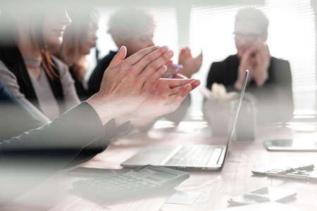 Les gens d'affaires applaudissent et applaudissent lors d'une réunion ou d'une conférence, gros plan sur les mains.