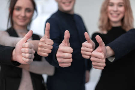 Close-up of Peoples Hand montrant Thumb Up Sign Against