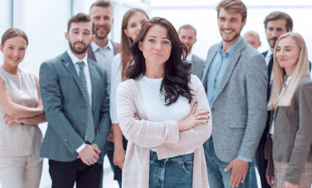 confident young woman standing in front of the business team. Zdjęcie Seryjne