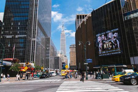 여객선은 미국 뉴욕의 펜 스테이션 (Penn Station) 앞에서 8 번가를 건너고있다. 에디토리얼
